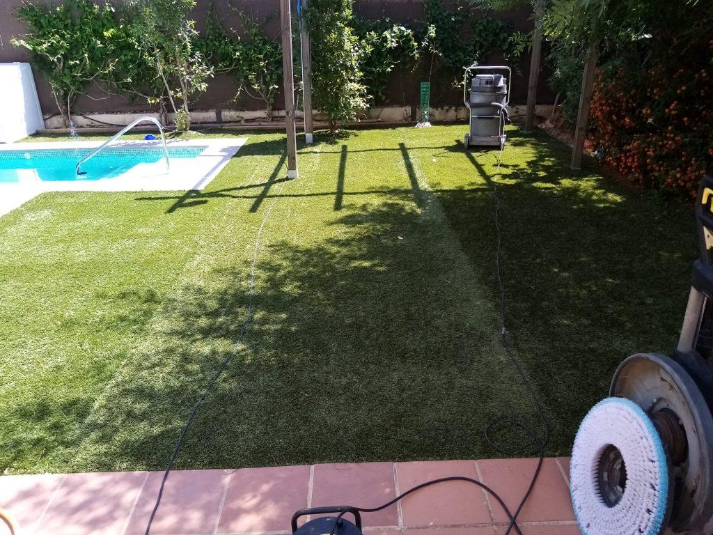 como limpiar el césped artificial sevilla