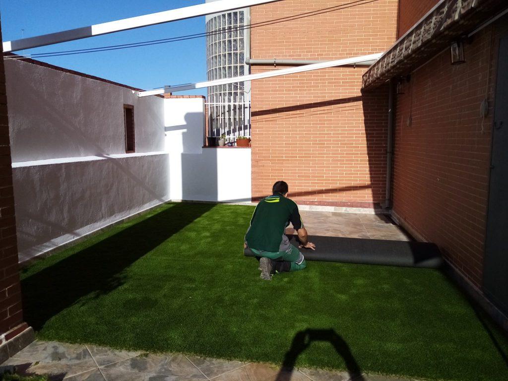instalar cesped artificial sevilla